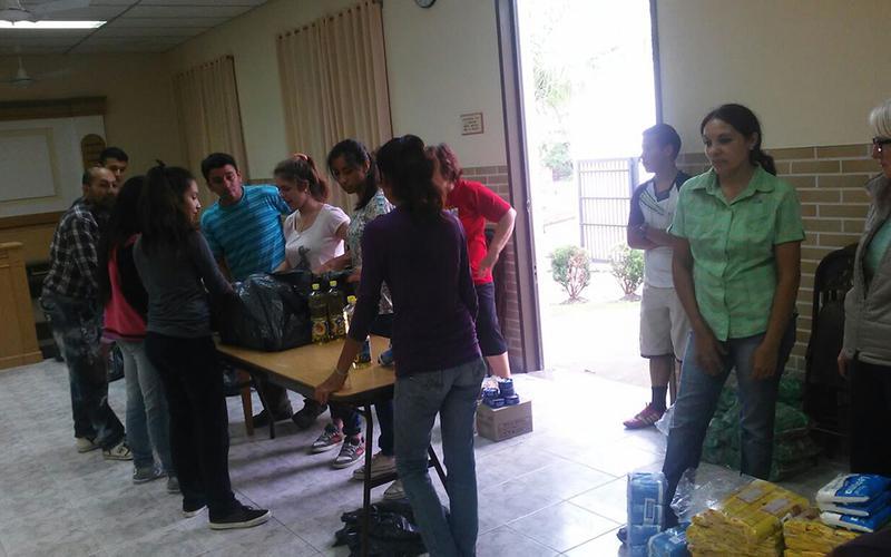 Miembros distrito La Paz ayudan en las inundaciones