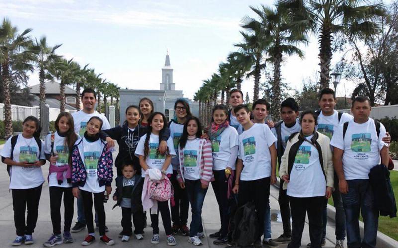 Jovenes caminan 25 km hasta el templo