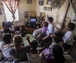 연차대회를 시청하는 가족들의 모습