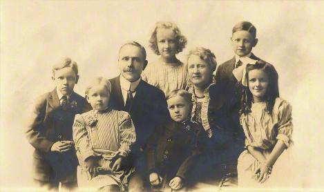 Joseph y Annie Merrill con sus hijos, alrededor de 1912.