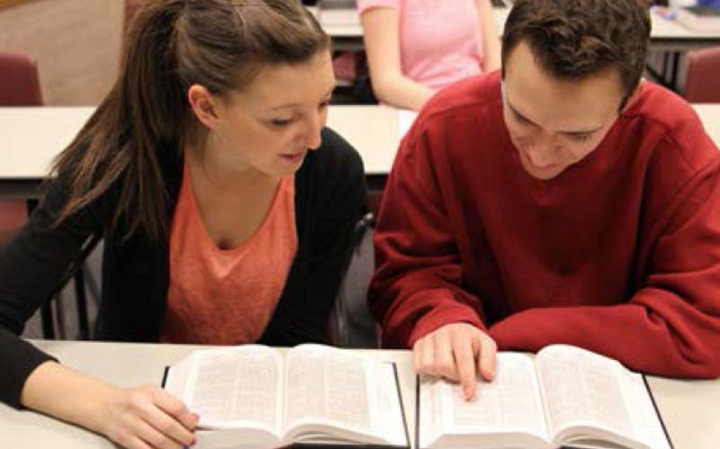 Étudiants lisant les Écritures