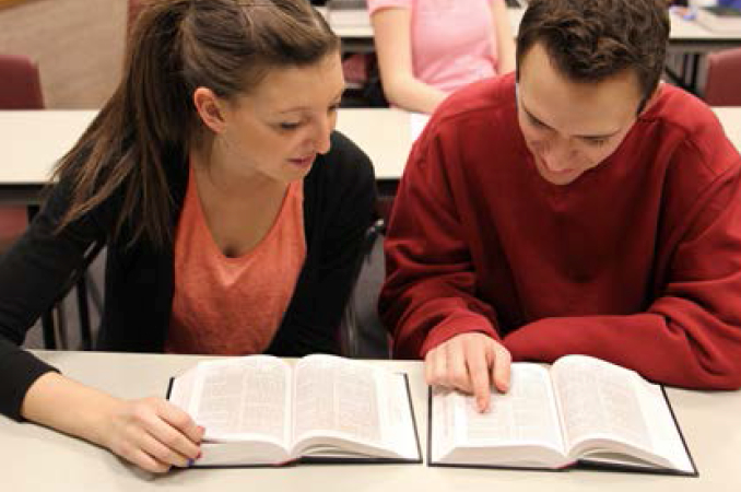 閱讀經文的學生
