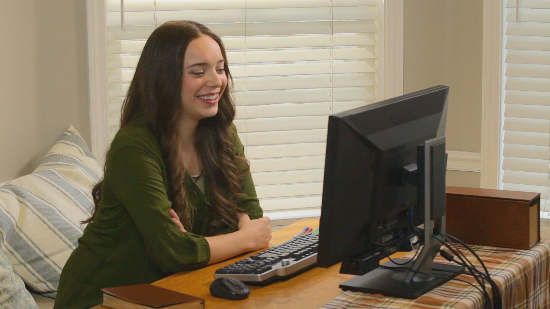 컴퓨터를 사용하고 있는 청녀