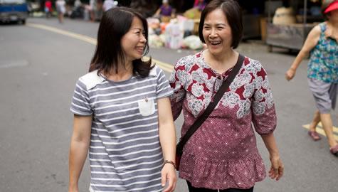 Femmes en train de marcher et de parler